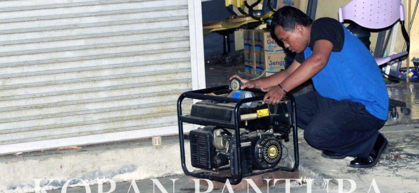 Petugas sekuriti PT Eksekutif Multi Media berusaha menyalakan genset agar listrik di tempat kerjanya menyala. (Abdul Jalil/Koran Pantura)